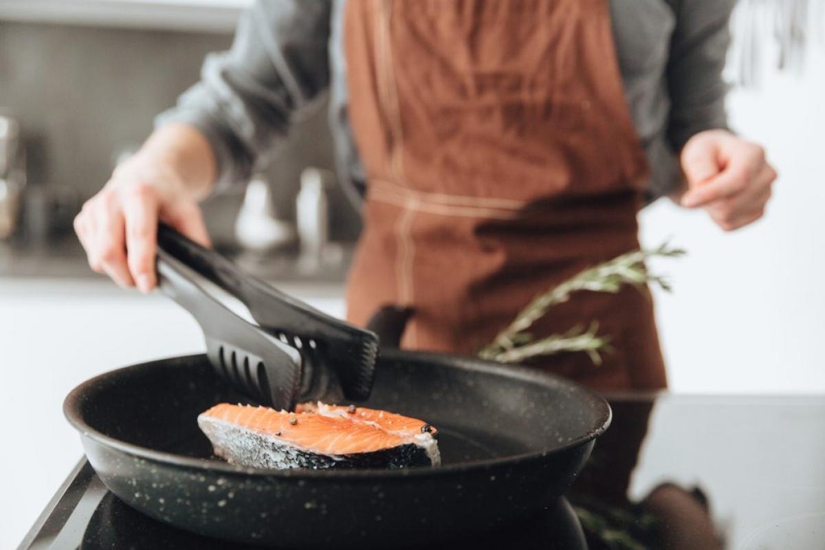Bạn thích ăn thịt tái: Ăn thịt tái hay các món ăn sống, tái khác đều có thể gây nguy cơ nhiễm ký sinh trùng. Thịt sống, thịt tái, cá sống hay tiết canh động vật đều có thể chứa các loại giun sán gây các bệnh về gan, đường ruột và nhiều bệnh nguy hiểm khác.