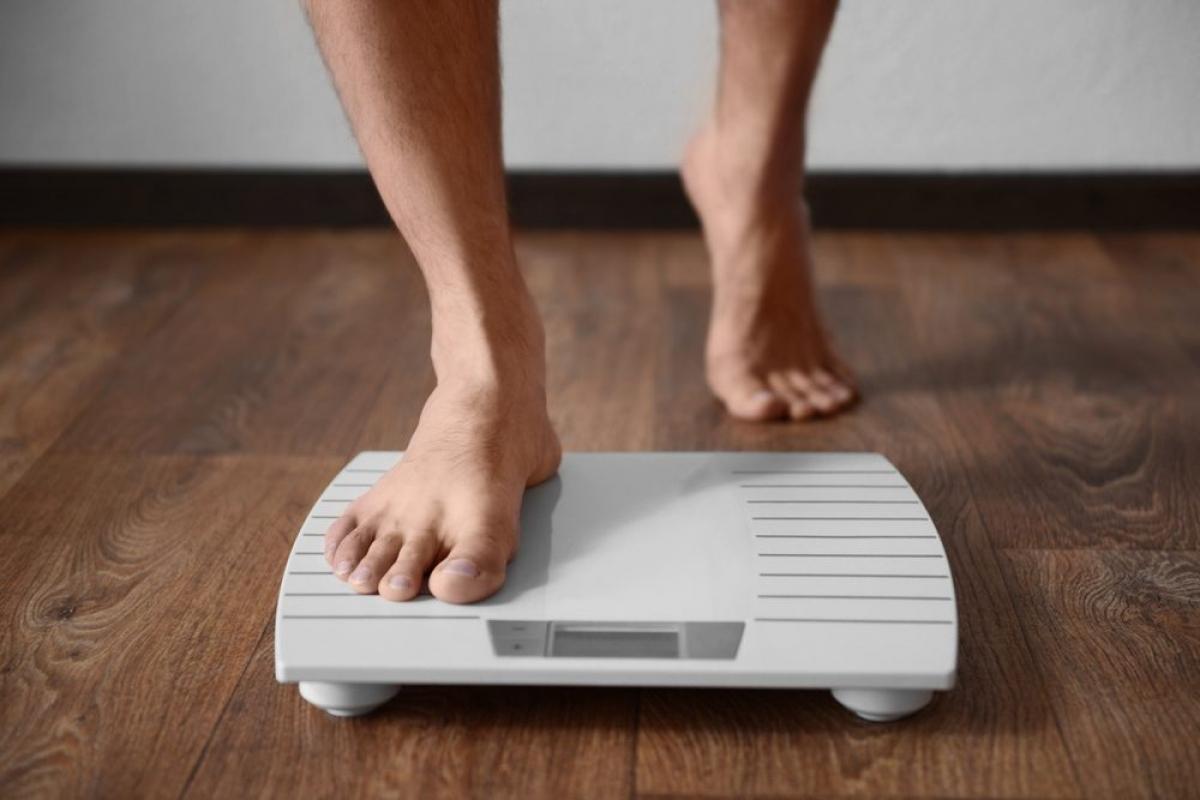 """Bạn bị sụt cân: Có nhiều bệnh lý có thể gây ra tình trạng sụt cân bất thường và đây cũng là một trong những triệu chứng chính khi bạn bị nhiễm ký sinh trùng. Sán dây có thể khiến bạn sụt cân nhanh chóng, vì loại sán ký sinh trong đường ruột này đang """"tranh"""" hết thức ăn mà bạn ăn vào."""
