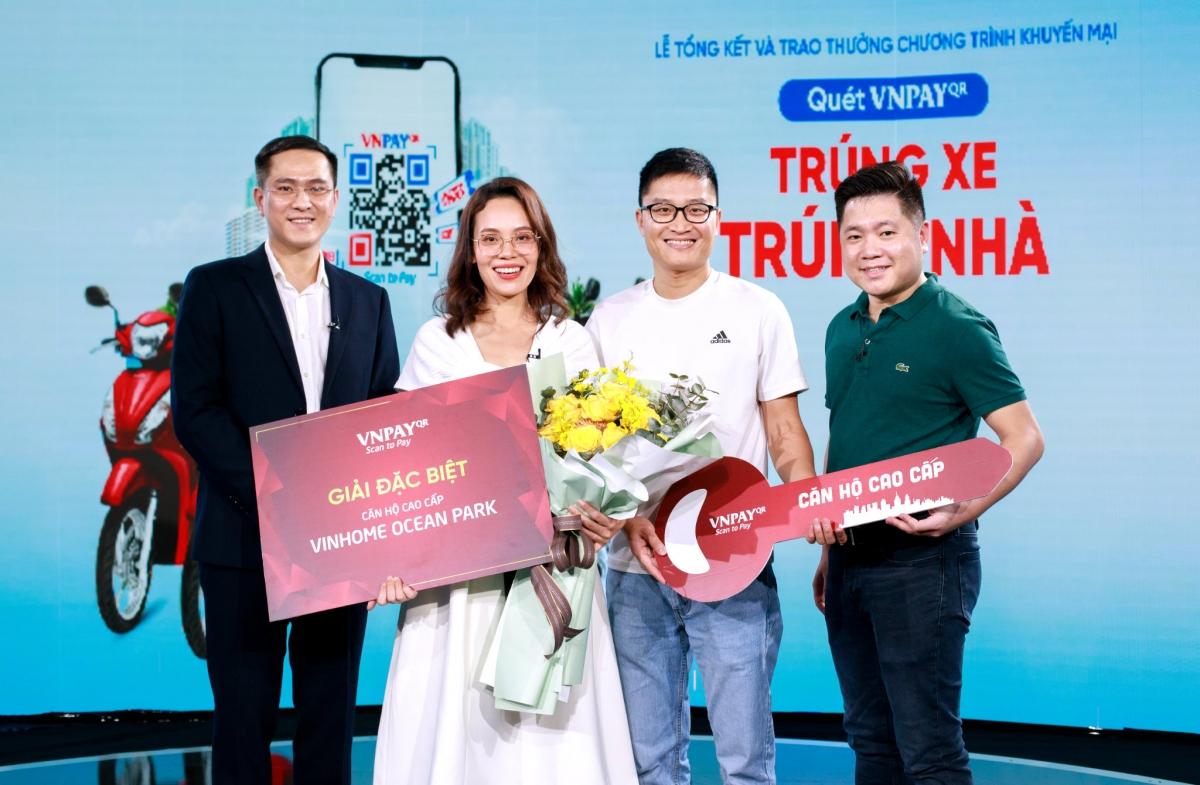 Khách hàng Trần Thị Mai nhận giải đặc biệt căn hộ cao cấp từ VNPAY.