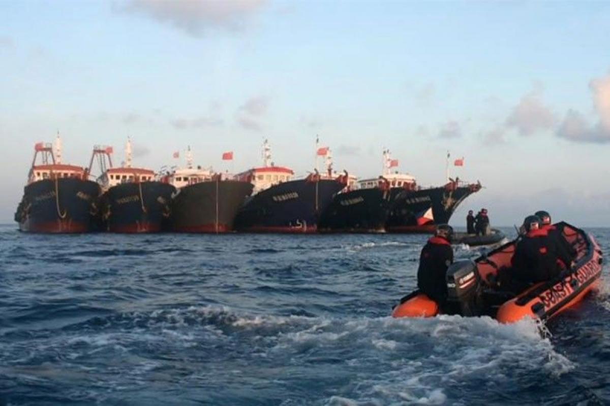 Cảnh sát biển Philippines sử dụng tàu cao su tuần tra khu vực tàu Trung Quốc neo đậu tại bãi Ba Đầu ngày 14/4. Ảnh: Cảnh sát biển Philippines/Philstar