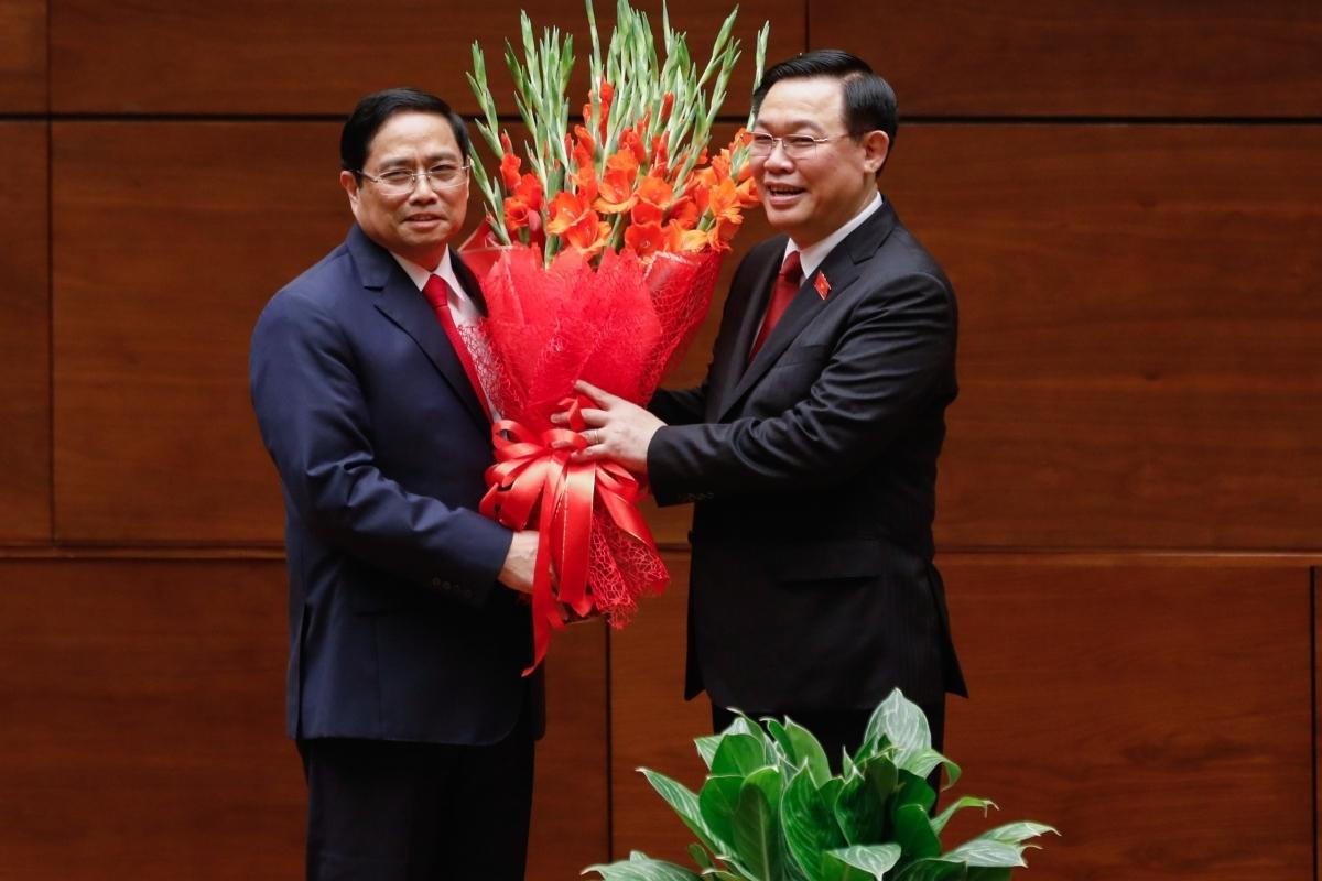 NA Chairman Vuong Dinh Hue (R) congratulates Pham Minh Chinh on his election as new PM.