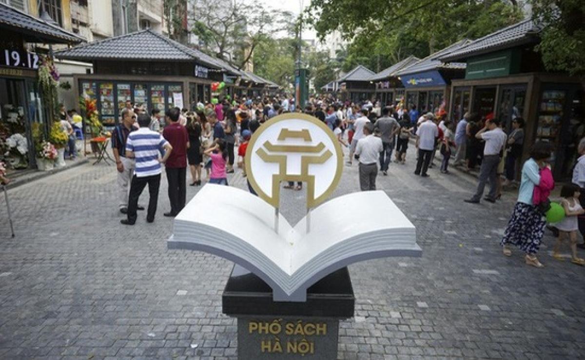 Biểu tượng phố sách 19-12 ở hai đầu con phố.