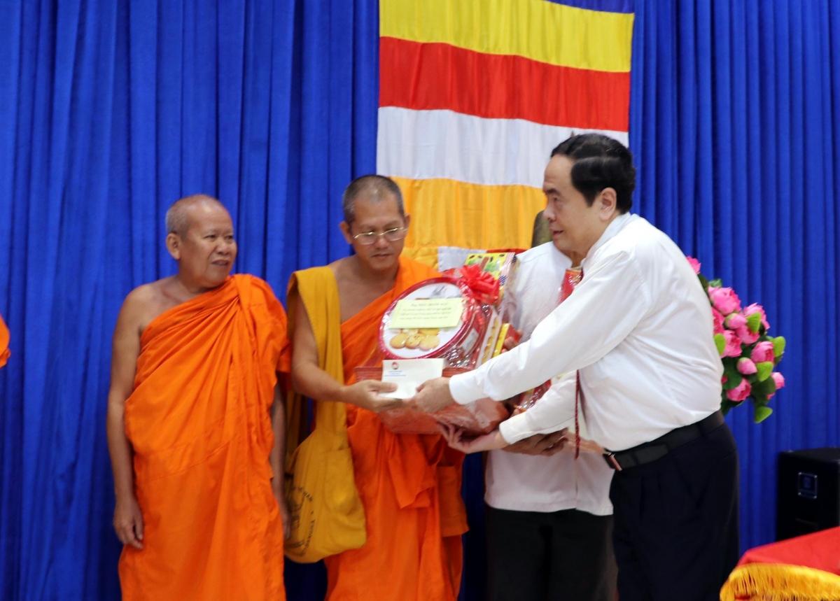 Phó chủ tịch thường trực Quốc hội Trần Thanh Mẫn tặng quà cho sư sãi Khmer.