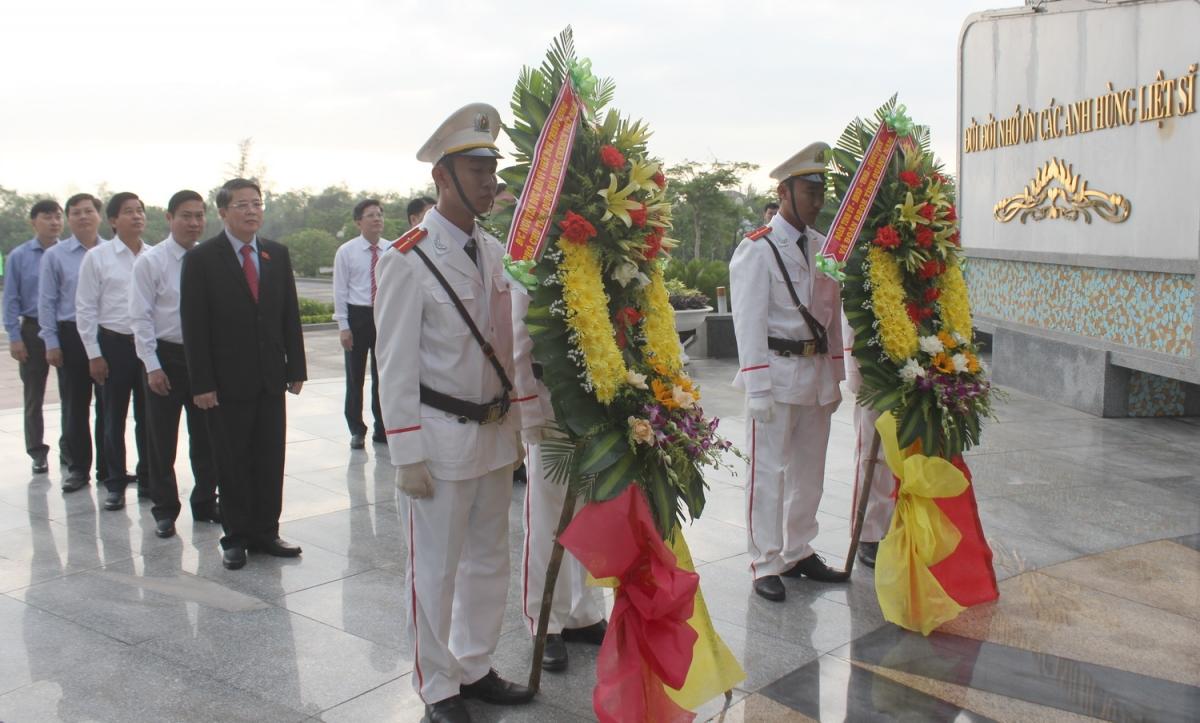 Phó Chủ tịch Quốc hội Nguyễn Đức Hải dâng hương tại Tượng đài Mẹ Việt Nam anh hùng tỉnh Quảng Nam.