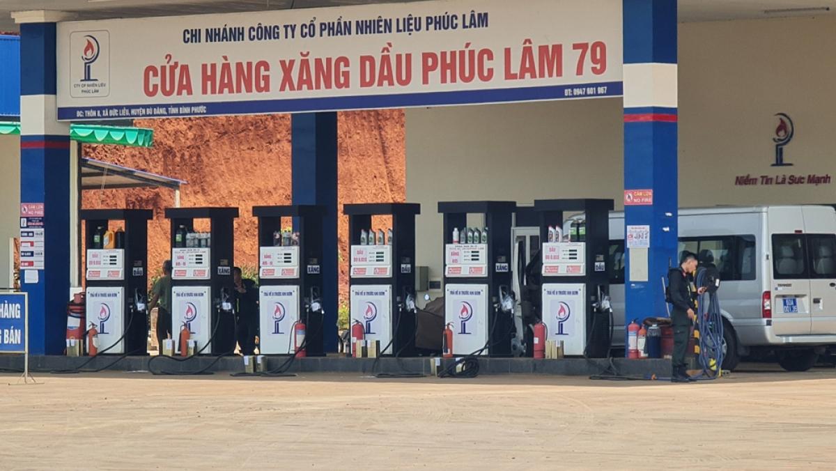 Công an, cảnh sát cơ động phong tỏa kiểm tra cửa hàng xăng dầu Phúc Lâm 79.