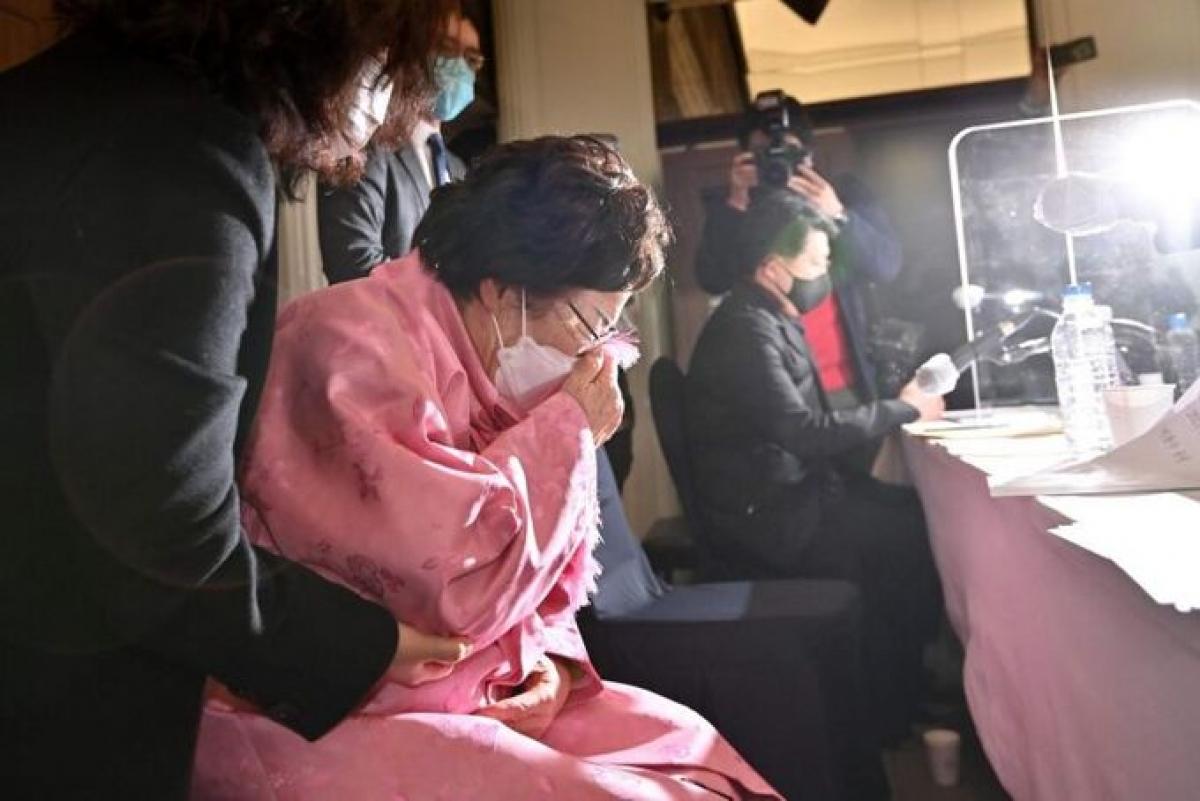 """Một người Hàn Quốc từng là """"phụ nữ giải khuây"""" khóc trong cuộc họp báo ở Seoul hồi tháng 2. Ảnh: AFP"""
