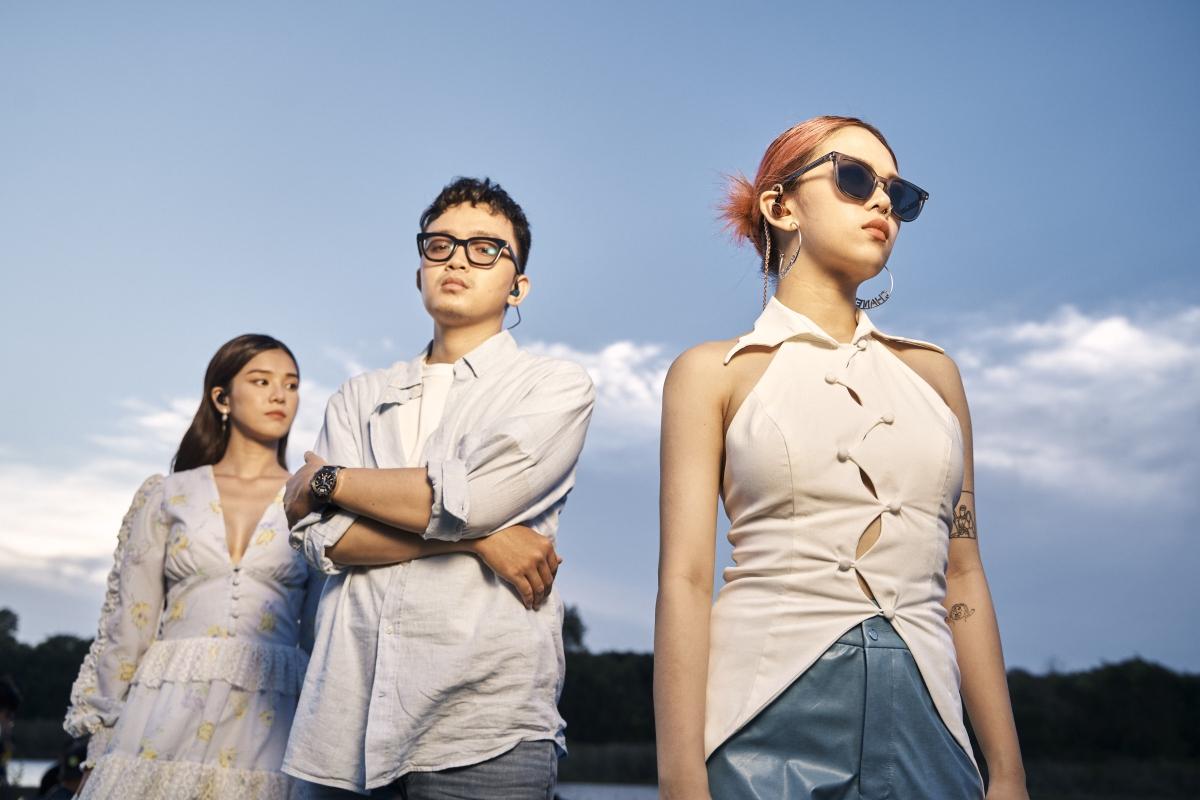 """Hình ảnh của TLinh, Hoàng Yến Chibi và TDK trong """"Yêu thầm"""" acoustic."""