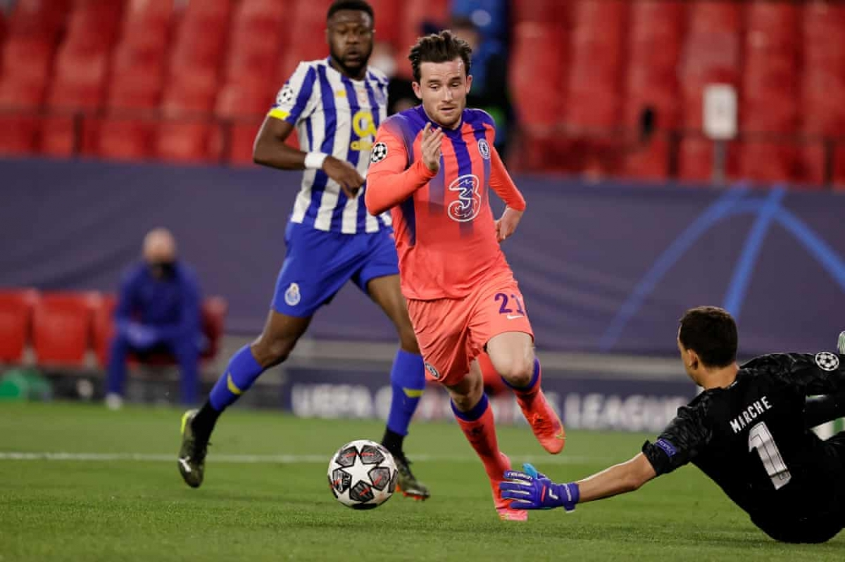 Ben Chiwell trừng phạt sai lầm của hàng thủ Porto. (Ảnh: Getty)