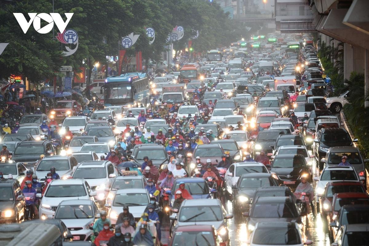 Tình hình ùn tắc giao thông tại Hà Nội ngày càng diễn biến nghiêm trọng.