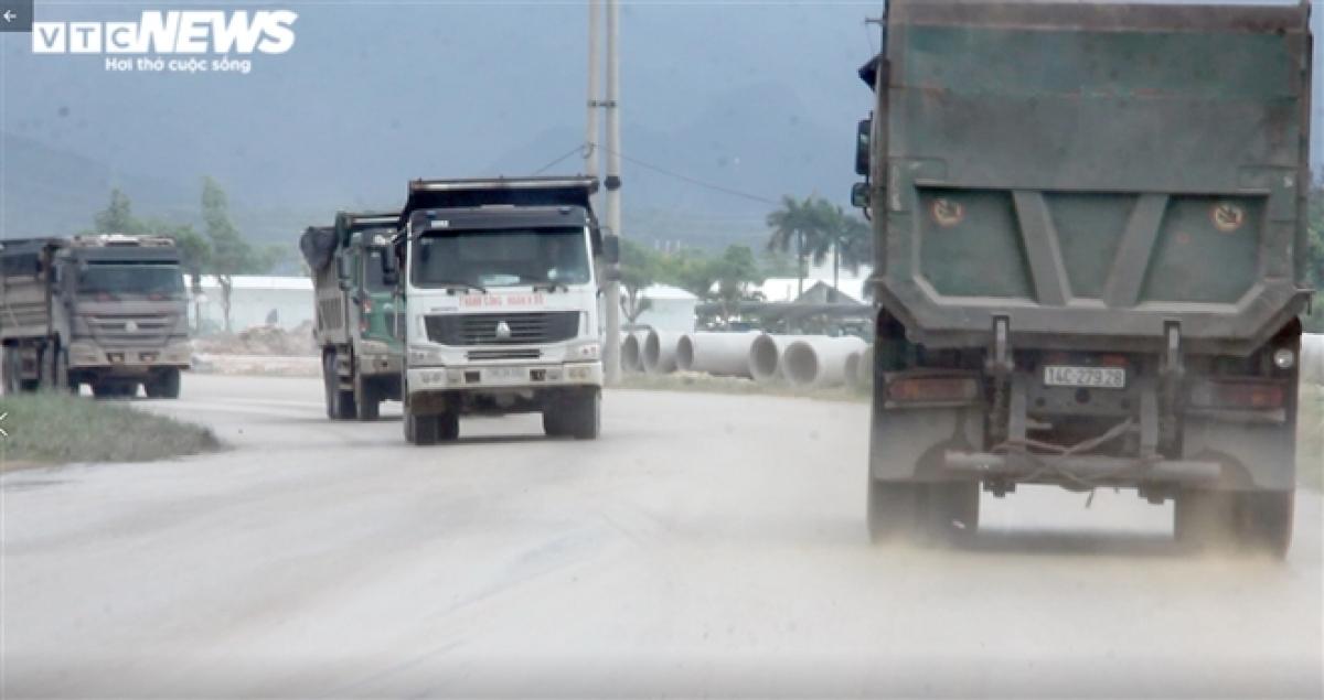 Đây là một trong những hình ảnh được PV VTC News ghi lại trong 2 tuần qua về thực trạng đáng báo động khi những chiếc xe tải cơi nới thành thùng, có dấu hiệu chở quá tải trọng tung hoành trên nhiều tuyến quốc lộ, tỉnh lộ ở Quảng Ninh.