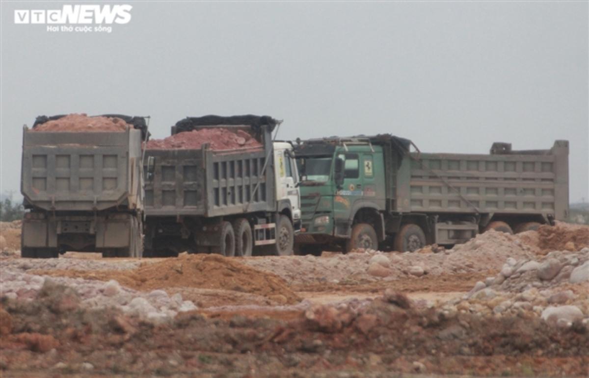 Những chiếc xe tải này chở đất đá từ trong mỏ thuộc thị trấn Trới (Hạ Long, Quảng Ninh) chạy trên quốc lộ 279 để đổ san lấp mặt bằng cho dự án thuộc khu công nghiệp Việt Hưng (Hạ Long). Xe nào cũng có dấu hiệu cơi nới thành thùng và chở quá tải trọng.