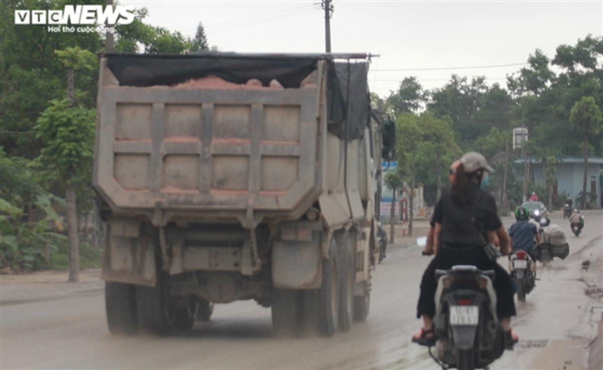 Do những chiếc xe không được che chắn kín và vượt thành thùng xe nên đất đá rơi vãi xuống mặt đường, gây nguy hiểm cho các phương tiện qua lại.