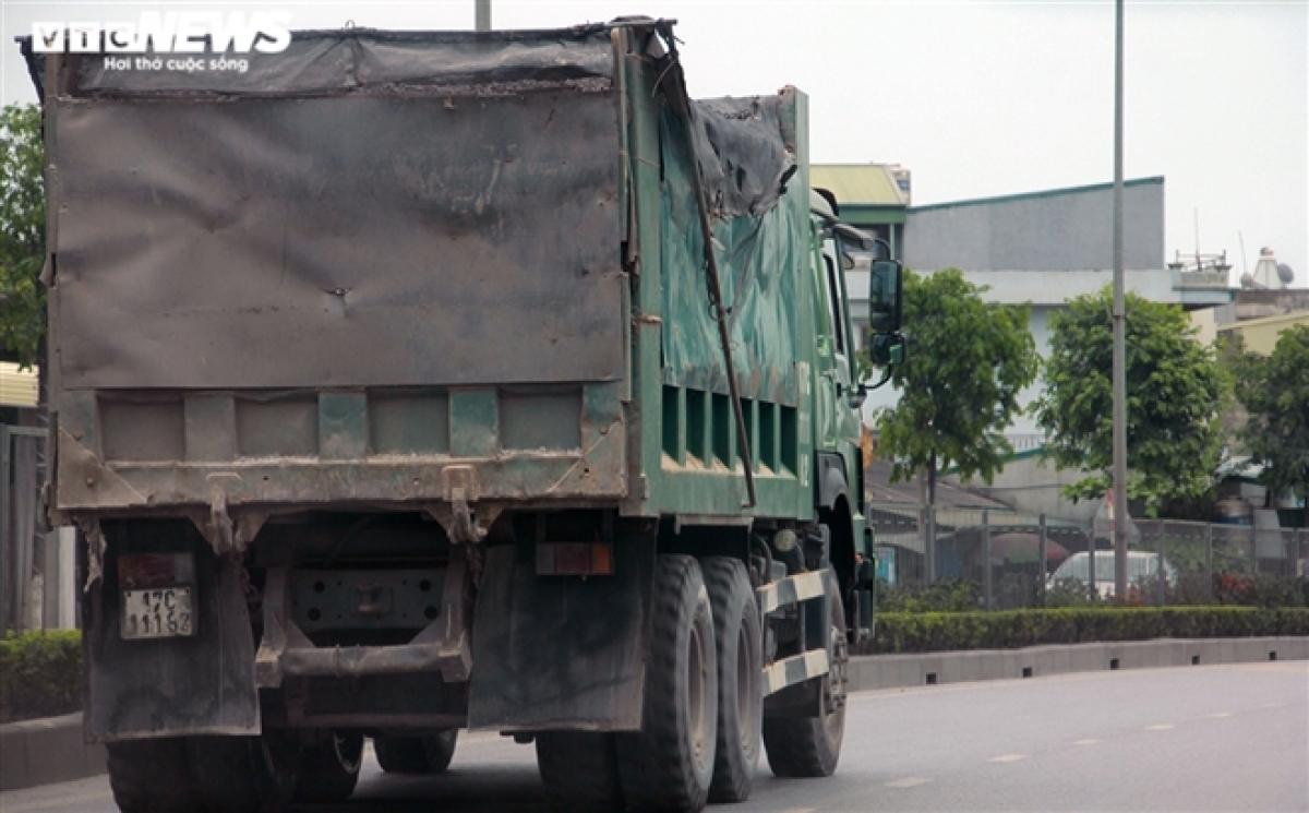 Trong nhiều ngày tác nghiệp trên các tuyến quốc lộ, tỉnh lộ ở Quảng Ninh, PV không hề thấy có lực lượng chức năng nào tuần tra kiểm soát và xử lý các xe vi phạm.