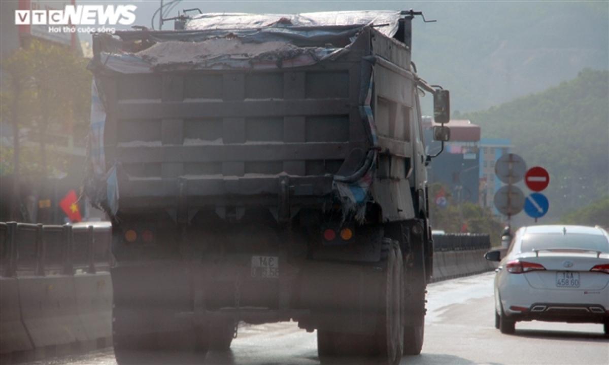 Tại đoạn tuyến quốc lộ 18 đi qua phường Cửa Ông, TP Cẩm Phả, những chiếc xe cơi nới thành thùng và có dấu hiệu chở quá tải trọng cứ vô tư chạy trên đường như chốn vô pháp luật, bởi không bị lực lượng chức năng kiểm tra, xử lý.