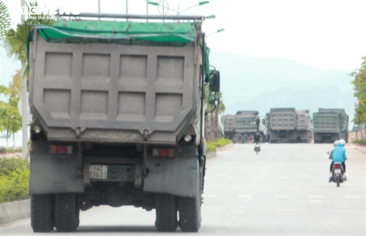 Còn đây là những chiếc xe tung hoành trên tuyến đường chục chính huyện Vân Đồn, nhất là đoạn qua xã Đông Xá và thị trấn Cái Rồng, nơi có lượng phương tiện và mật độ người tham gia giao thông khá đông, tiềm ẩn nguy cơ xảy ra tai nạn bất kể lúc nào.