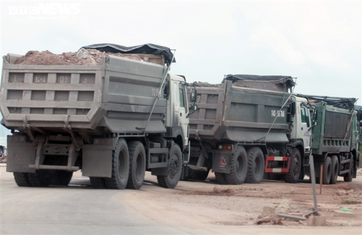 Những chiếc xe này đang chở đất đá san lấp mặt bằng cho một số dự án tại huyện Vân Đồn.