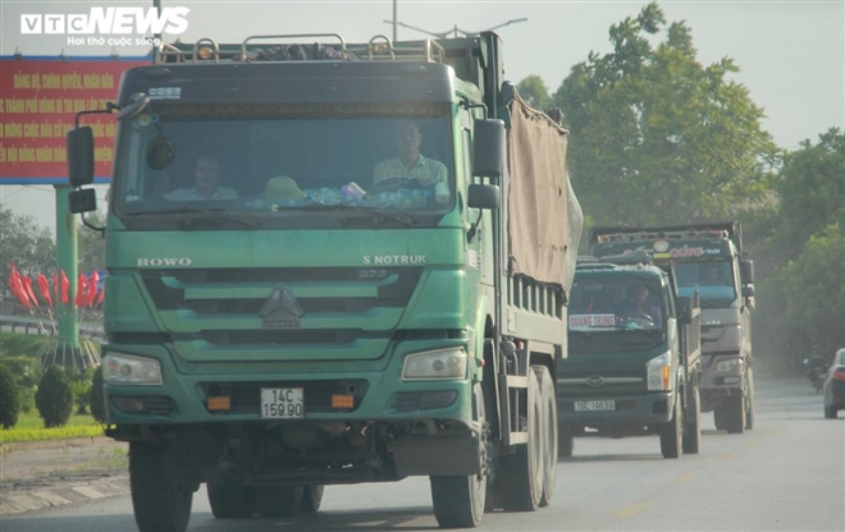 Những đoàn xe chở đất đá đều được cơi nới thành thùng xe.