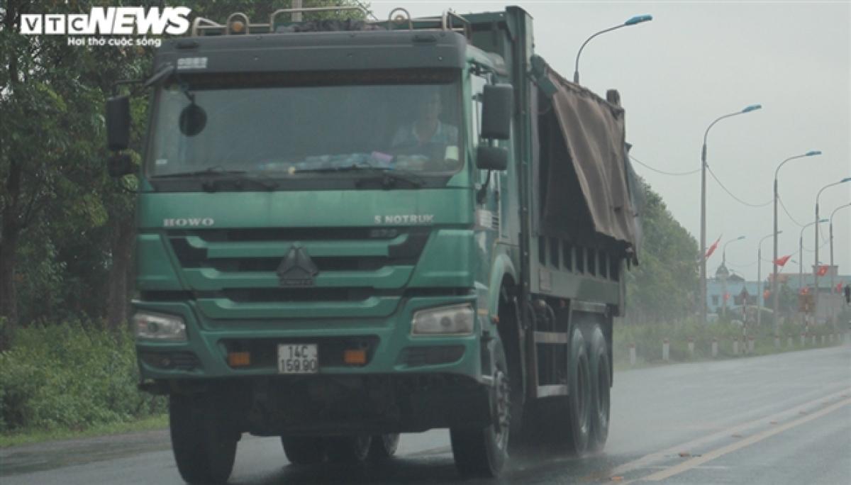 Trên tuyến quốc lộ 10, đoạn qua TP Uông Bí, những chiếc xe tải cơi nới thành thùng vẫn ngang nhiên chạy rầm rập mà không có lực lượng chức năng kiểm tra, xử lý. Trước đó, cuối năm 2020, Báo VTC News từng phản ánh về tình trạng này, sau đó lực lượng chức năng đã vào cuộc xử lý và hạn chế, tuy nhiên, đến nay những chiếc xe thế này có dịp tái xuất.