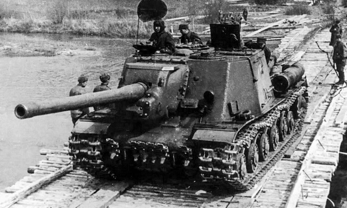Pháo tự hành của quân Ba Lan vượt sông Neisse trong Thế chiến II. Ảnh: Tư liệu.