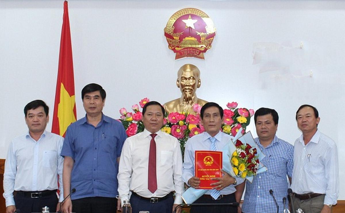 Ông Nguyễn Phi Long- Chủ tịch UBND tỉnh Bình Định (áo trắng đứng giữa) trao quyết định cho ông Trần Thanh Dũng