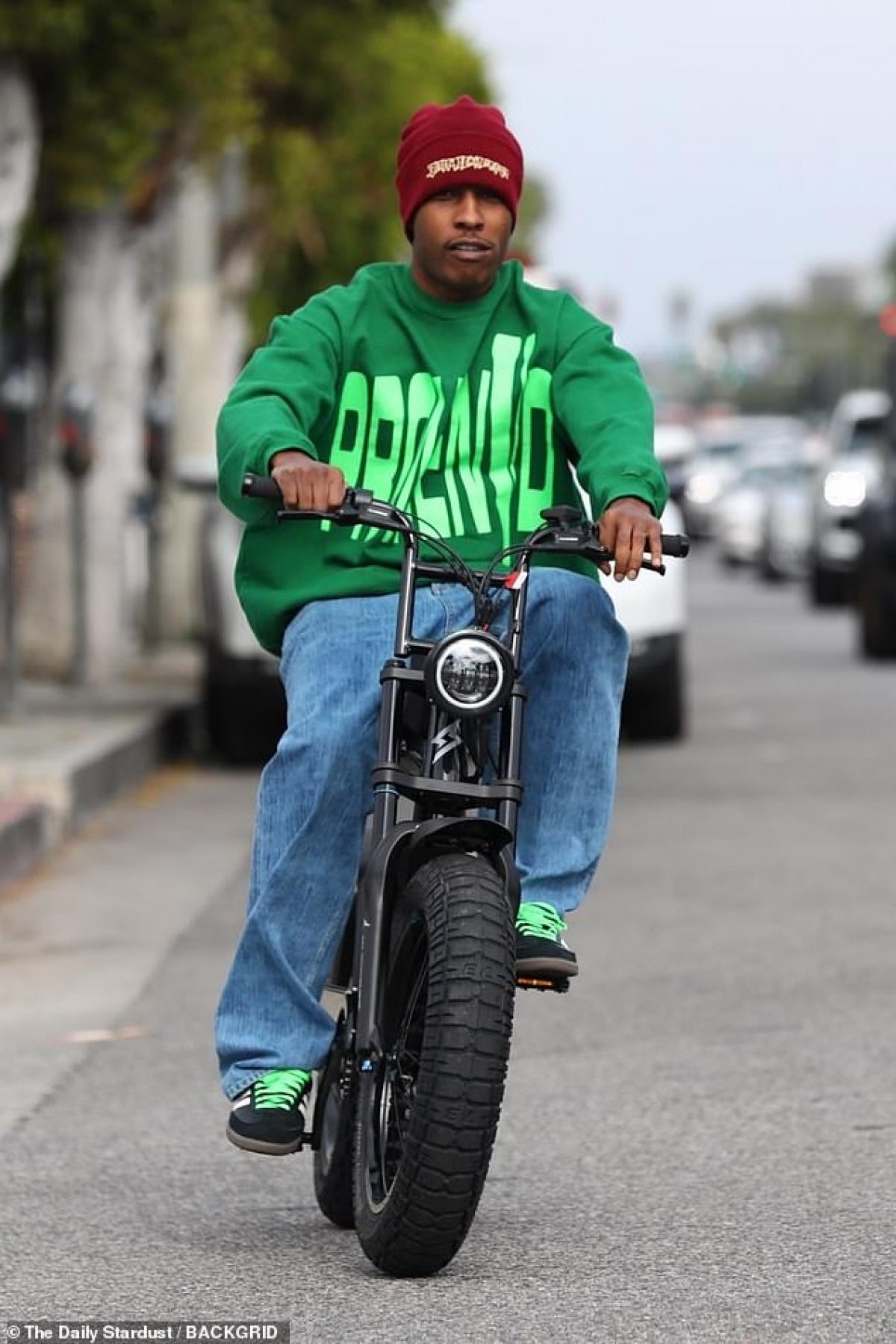 Ngày 14/4, A$AP Rocky bị cánh săn ảnh bắt gặp khi đang đi dạo phố bằng xe máy điện Super73 ở Los Angeles.