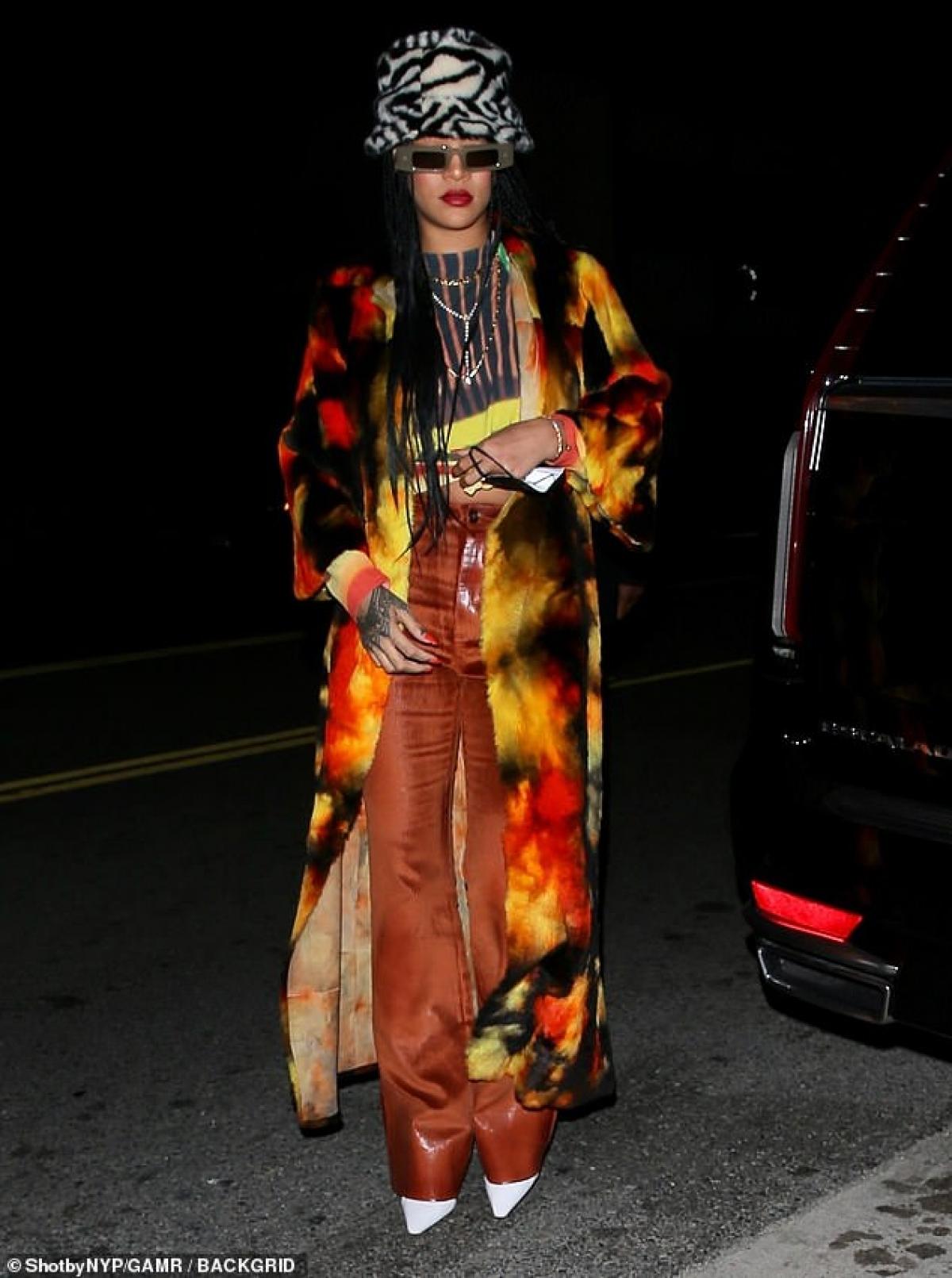 """Rihanna trở thành """"tâm điểm"""" của sự chú ý khi đi ăn tối cùng bạn bè tại nhà hàng ở Santa Monica dịp cuối tuần."""