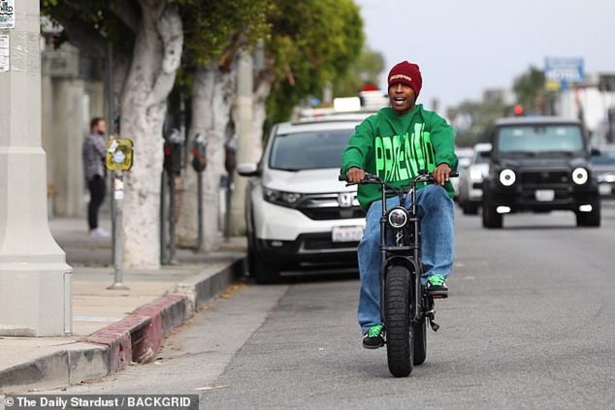 Anh diện áo hoodie màu xanh nổi bật và quần jeans khỏe khoắn ra phố.