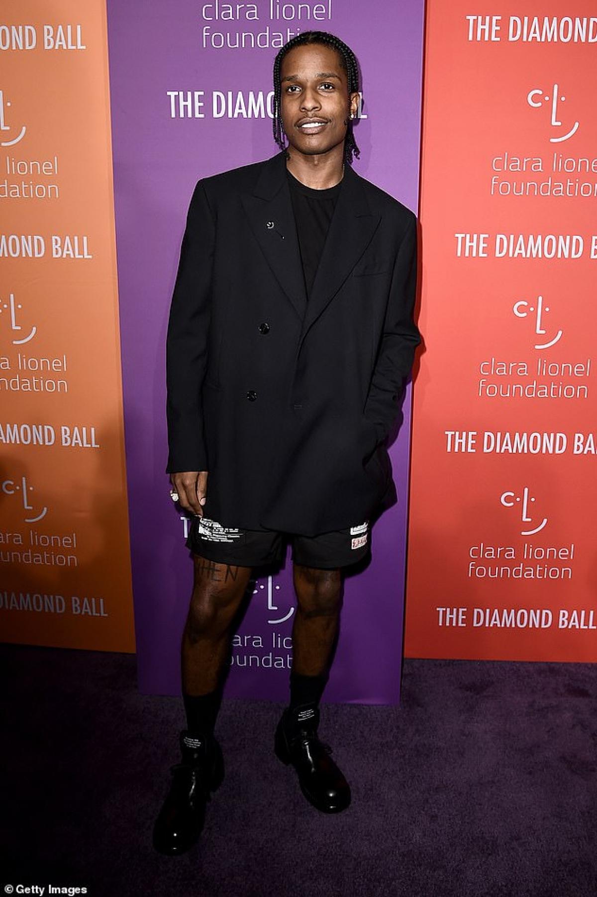 A$AP Rocky được cho là đang hẹn hò Rihanna sau khi cả hai bị cánh săn ảnh bắt gặp sánh đôi đi ăn tối cùng bạn bè ở New York hồi cuối năm ngoái.