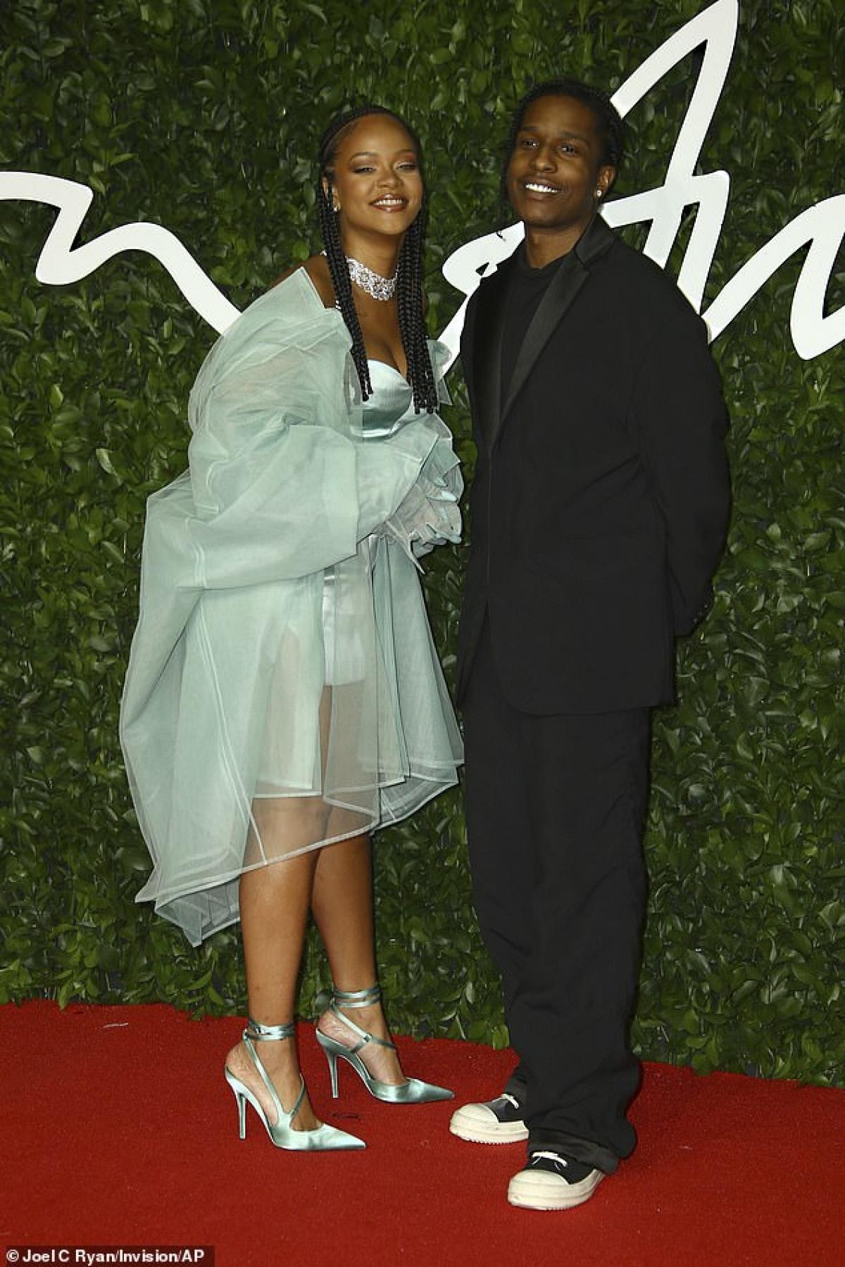 Mối quan hệ tình cảm của cả hai cũng chỉ mới ở giai đoạn đầu. Được biết, Rihanna và A$AP Rocky đã quen nhau từ trước đó khá lâu.