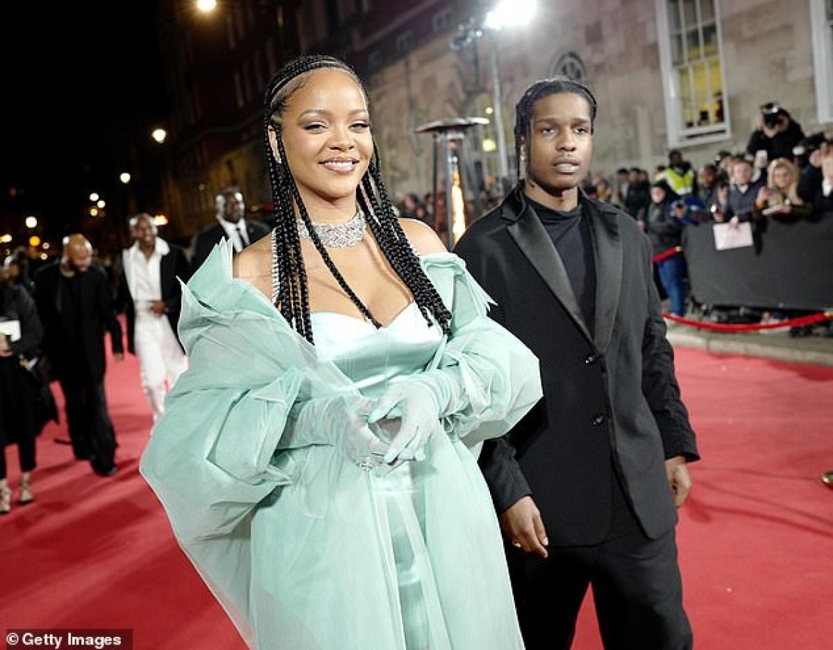 Hồi đầu tháng 7 năm ngoái, Rihanna lên tiếng xác nhận A$AP Rocky đã tham gia chiến dịch mới của dòng mỹ phẩm Fenty Skin do cô sở hữu. Thậm chí, cặp đôi còn cùng nhau thực hiện các buổi phỏng vấn để quảng bá cho màn kết hợp này.