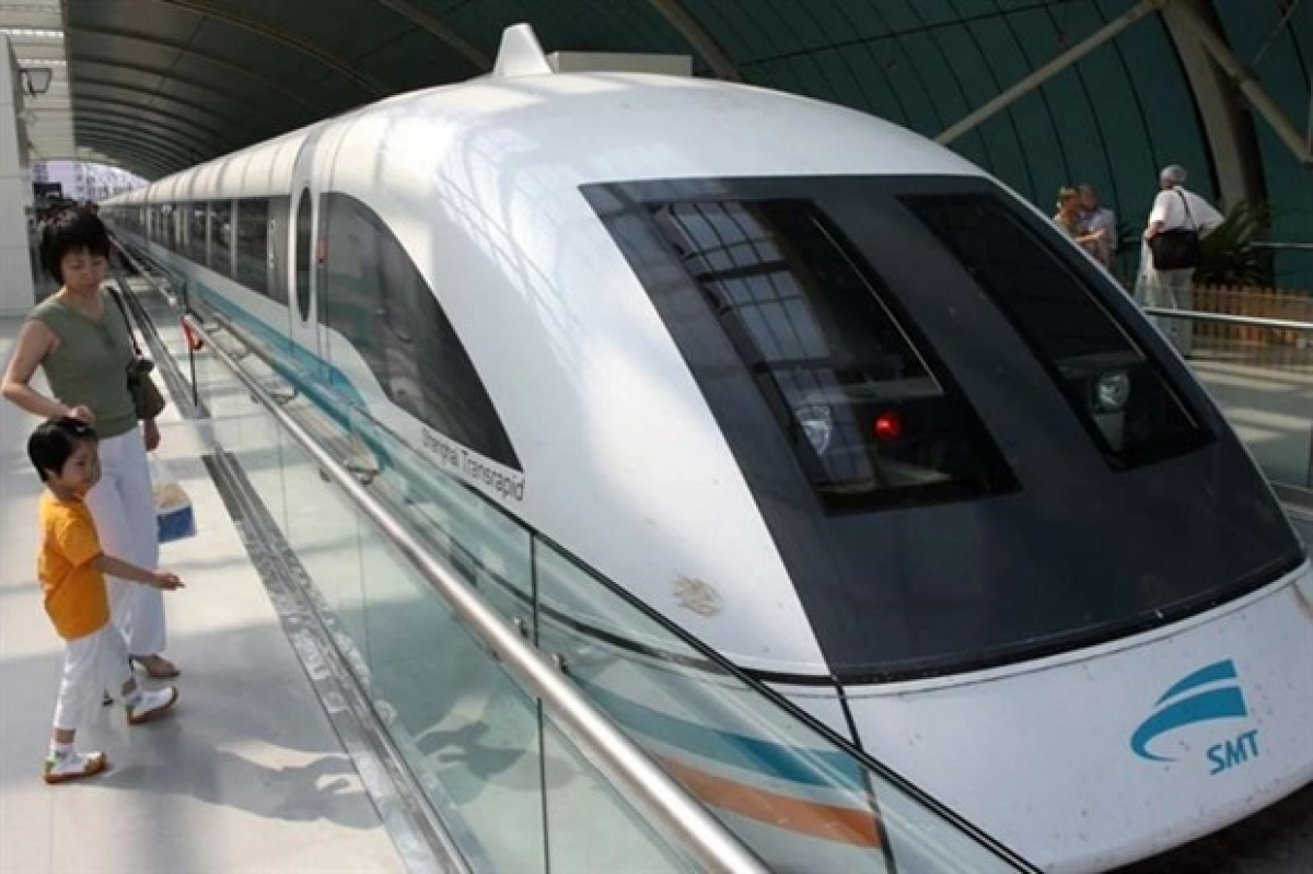 Passengers wait to board Shanghai's high-speedtrain to Pudong airport, China. (Photo: AFP/VNA)