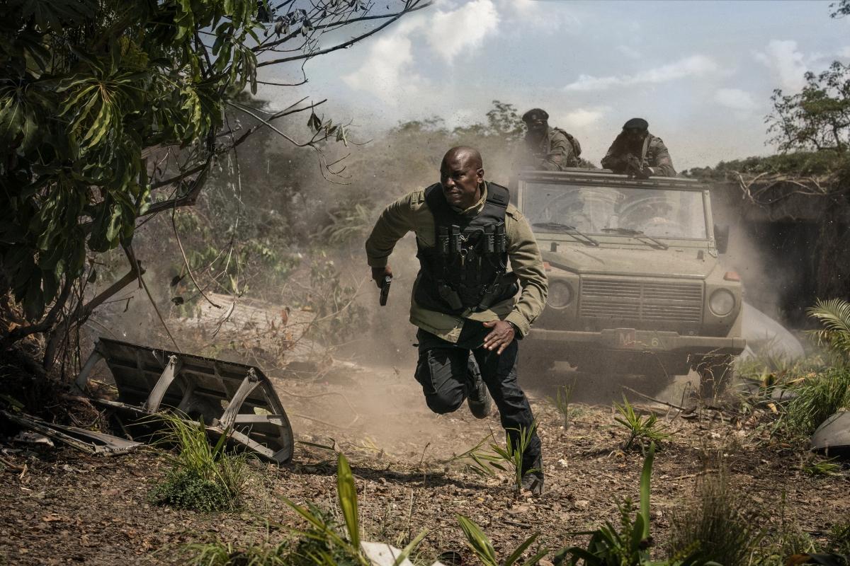 Cảnh Roman bị địch truy sát được khen ngợi là một trong những phân cảnh đẹp của trailer.