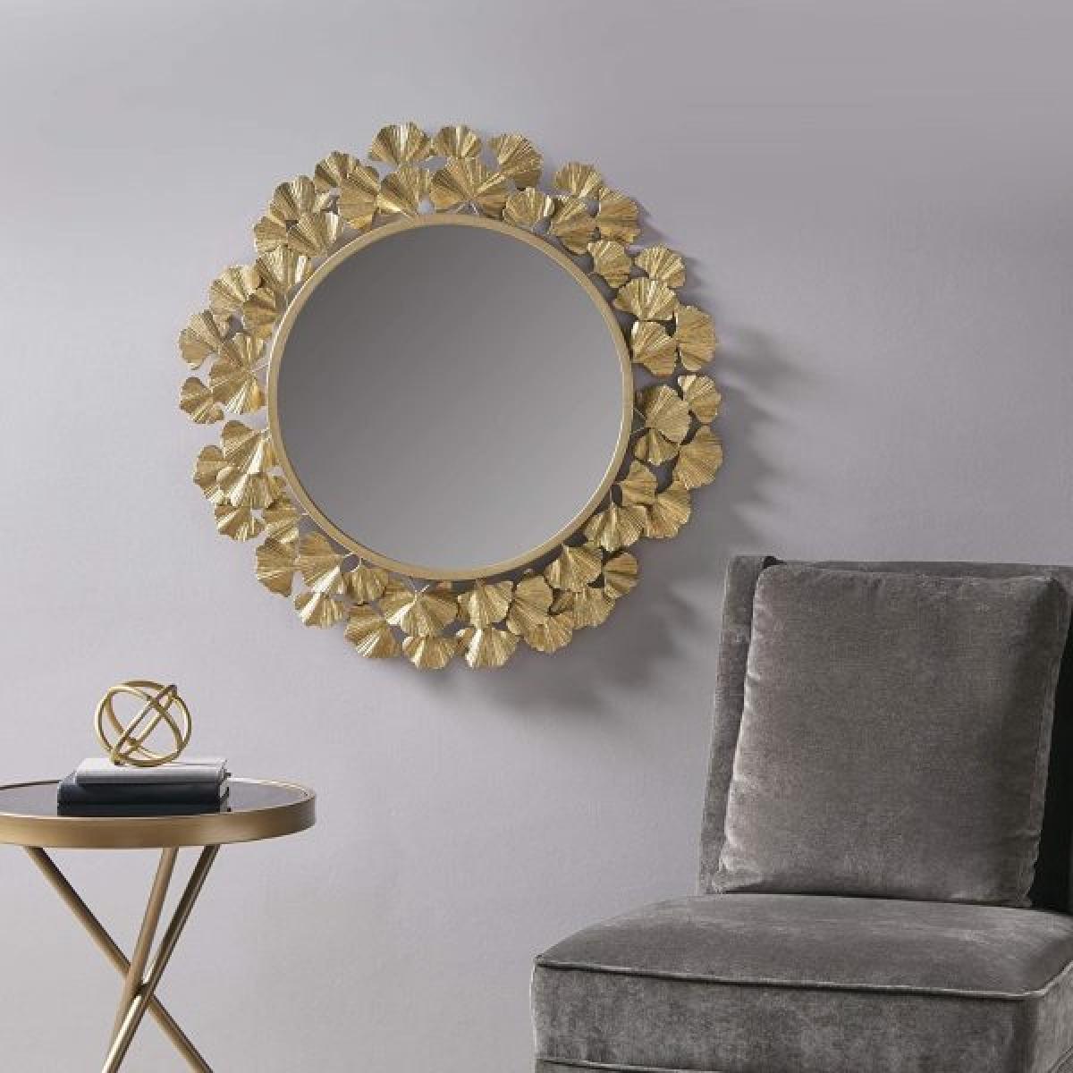 Những khối kim loại dát vàng được chế tác thành những cánh hoa mỏng manh đẹp sững sờ.