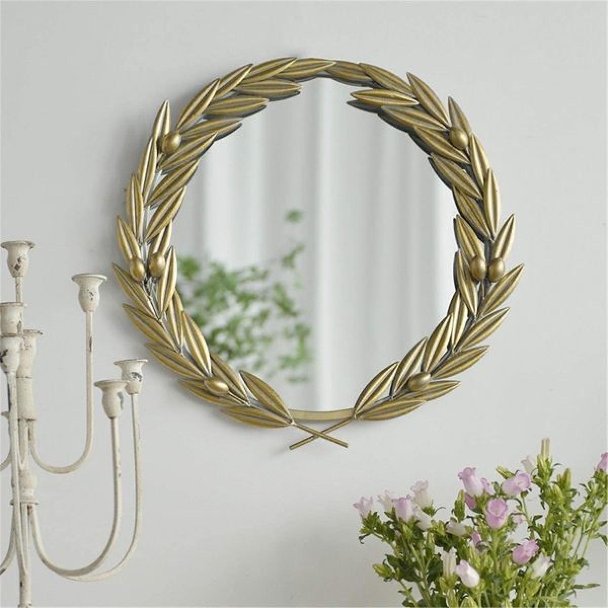 Vòng nguyệt quế lá ô liu bao quanh gương với ý nghĩa mang lại may mắn cho chủ nhà.