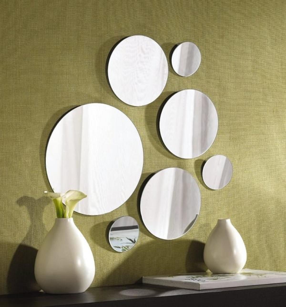 Gương được cắt thành những hình tròn to, nhỏ khác nhau là một điểm nhấn trong căn phòng.