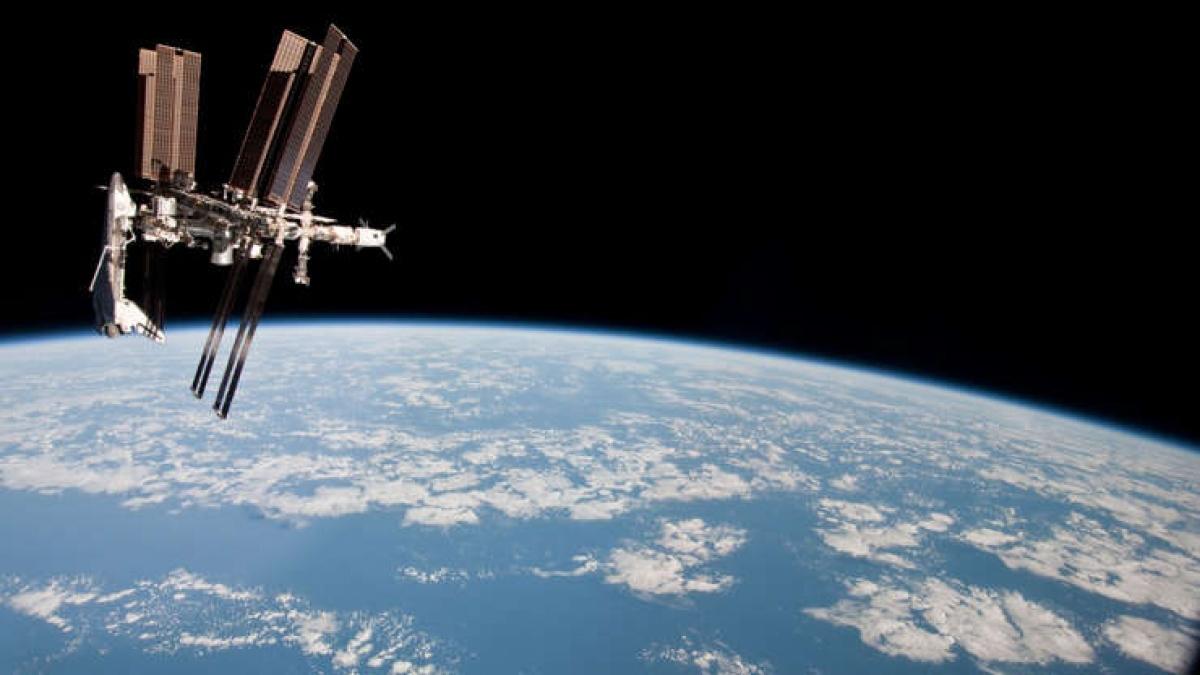 Trạm Vũ trụ Quốc tế được phóng lên năm 1998 là một vật thể nhân tạo lớn nhất trong không gian và đôi khi có thể quan sát bằng mắt thường. ISS có vai trò quan trọng với các sứ mệnh không gian của Nga và Mỹ kể từ khi được phóng lên, cũng như chứng kiến nhiều bước ngoặt với chuyến đi bộ trong không gian dài nhất trong suốt 8 tiếng 56 phút./.