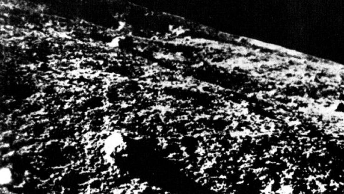 Năm 1966 là một năm có ý nghĩa với chương trình vũ trụ của Liên Xô. Vào tháng 2 năm đó, tàu vũ trụ không người lái Luna của Liên Xô đã hạ cánh thành công trên Mặt Trăng và truyền tín hiệu về Trái Đất. 1 tháng sau, ngày 1/3, tàu vũ trụ Venera 3 của Liên Xô đã hạ cánh thành công trên sao Kim và trở thành tàu vũ trụ đầu tiên hạ cánh trên một hành tinh khác. Tuy nhiên, hệ thống truyền tín hiệu đã bị hỏng trước khi các dữ liệu được truyền về.