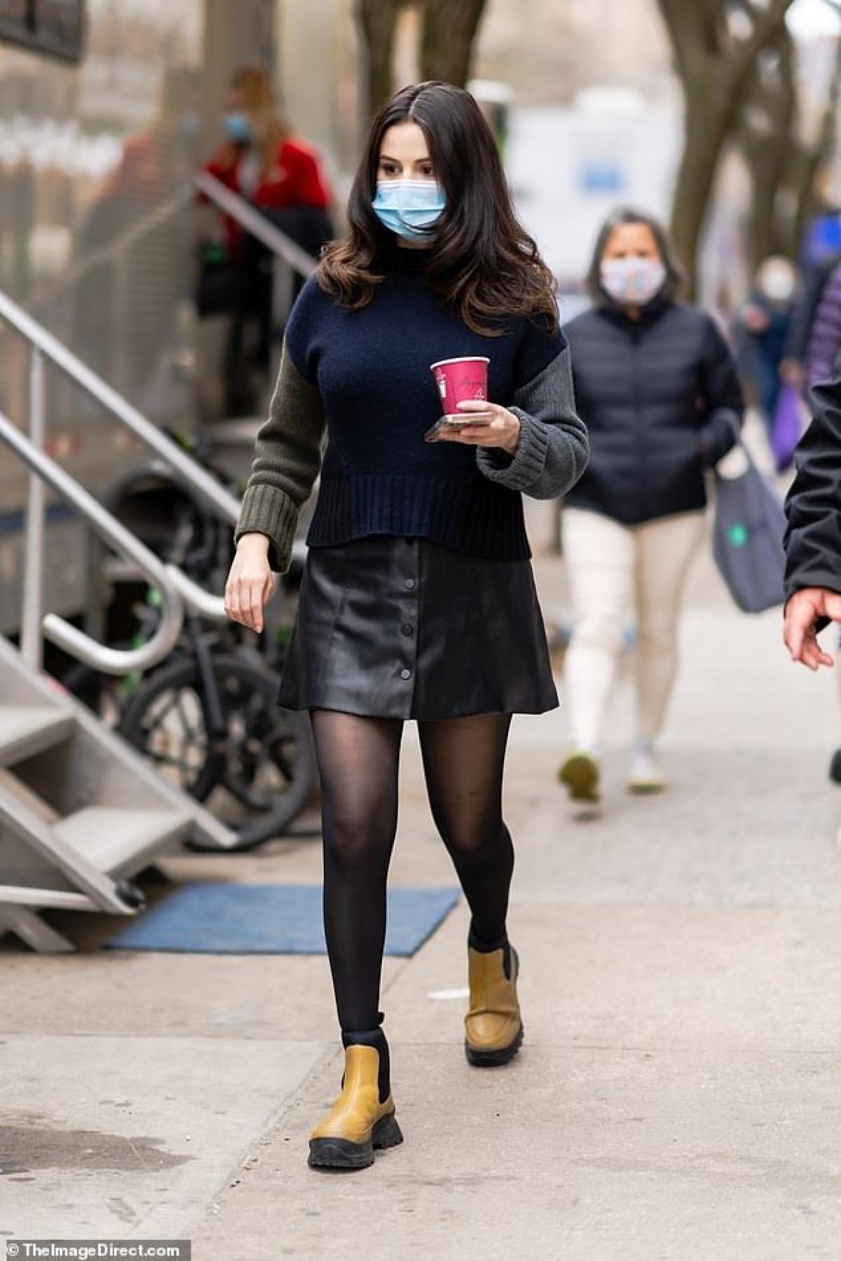 """Ngày 12/4, Selena Gomez trở thành """"tâm điểm"""" của sự chú ý khi đến phim trường để tiếp tục thực hiện những cảnh quay mới trong phim """"Only Murders in the Building"""" ở New York."""