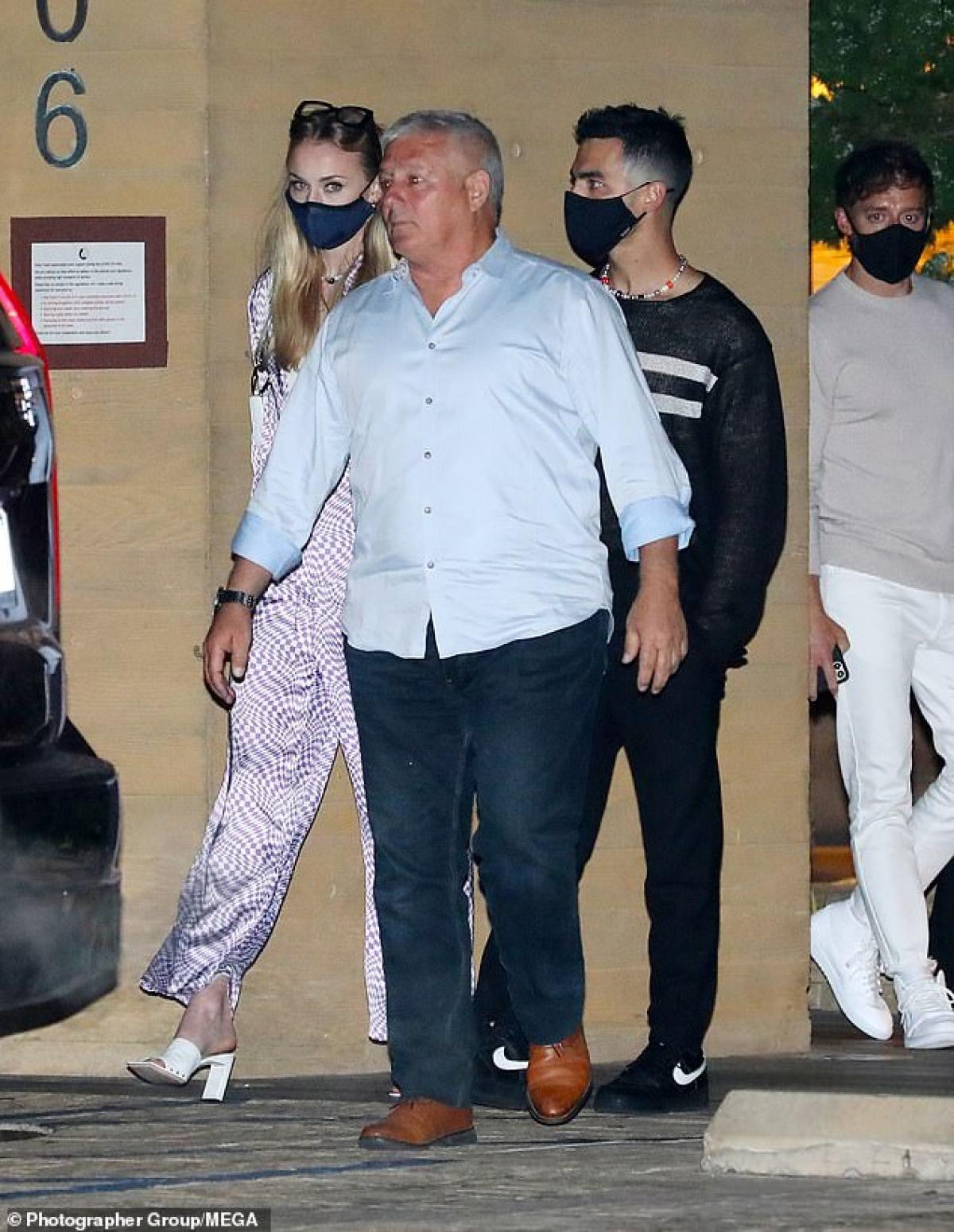 Sophie Turner vui vẻ đi chơi đêm cùng ông xã Joe Jonas ở Malibu hôm 20/4.