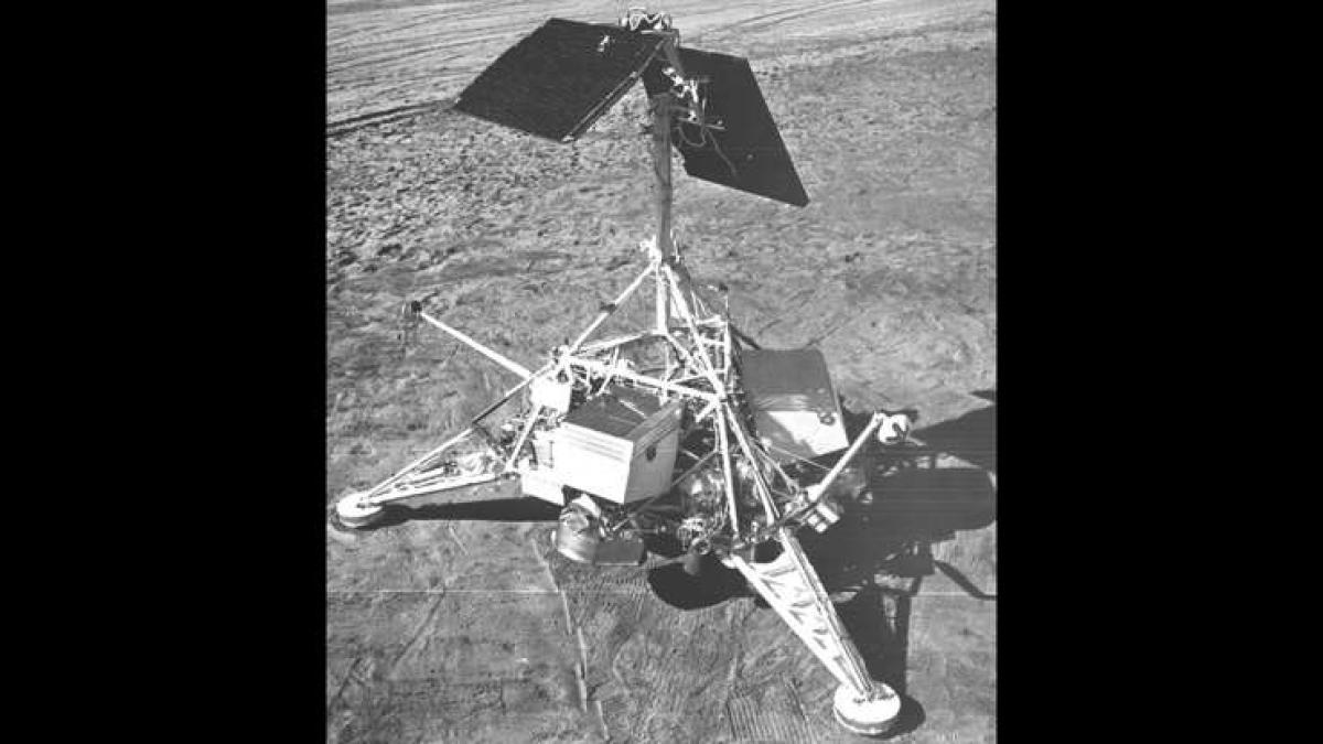 Tàu vũ trụ không người lái Surveyor 1 của Mỹ đã hạ cánh thành công trên Mặt Trăng vào tháng 6/1966. Sứ mệnh này được coi là thành công khi các công nghệ cần đạt được để hạ cánh và hoạt động trên Mặt Trăng đều vận hành trơn tru.