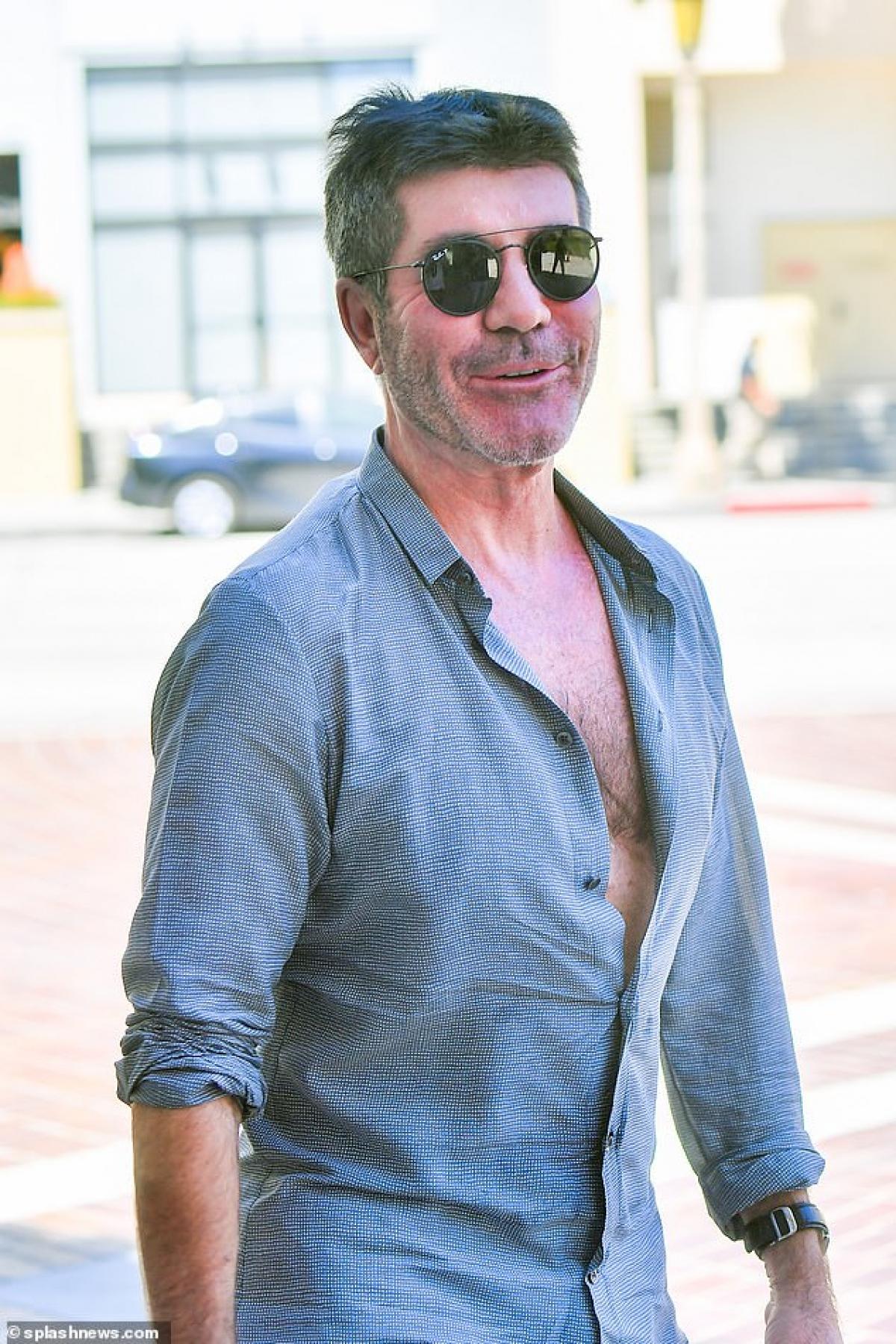 """""""Ông trùm truyền thông"""" mặc áo sơ mi và quần shorts trẻ trung."""