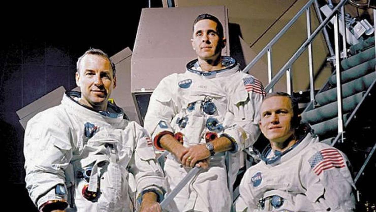 Apollo 8 là sứ mệnh không gian nổi tiếng nhất của Mỹ khi là tàu vũ trụ có người lái đầu tiên rời Trái Đất tới Mặt Trăng từ ngày 21 - 28/12/1968. Phi hành đoàn đã chụp ảnh bề mặt Mặt Trăng cũng như Trái Đất từ góc độ này. Bức ảnh Trái Đất mọc trở thành bức ảnh nổi tiếng nhất của thế kỷ 20.