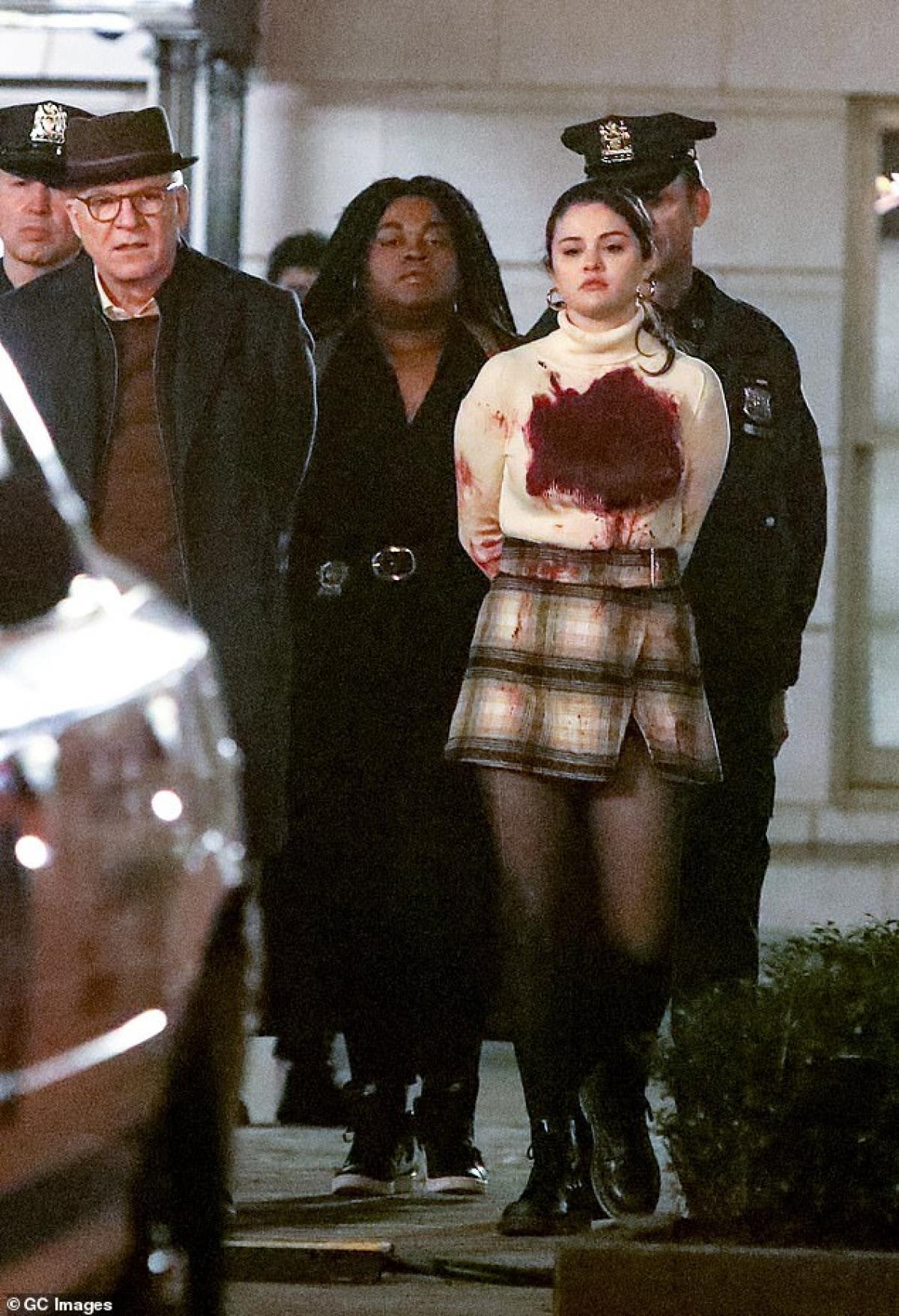 """Trước đó, loạt ảnh chụp Selena Gomez mặc áo dính máu thu hút sự quan tâm của khán giả. Được biết, đó là khoảnh khắc được chụp trong buổi ghi hình """"Only Murders in the Building""""."""