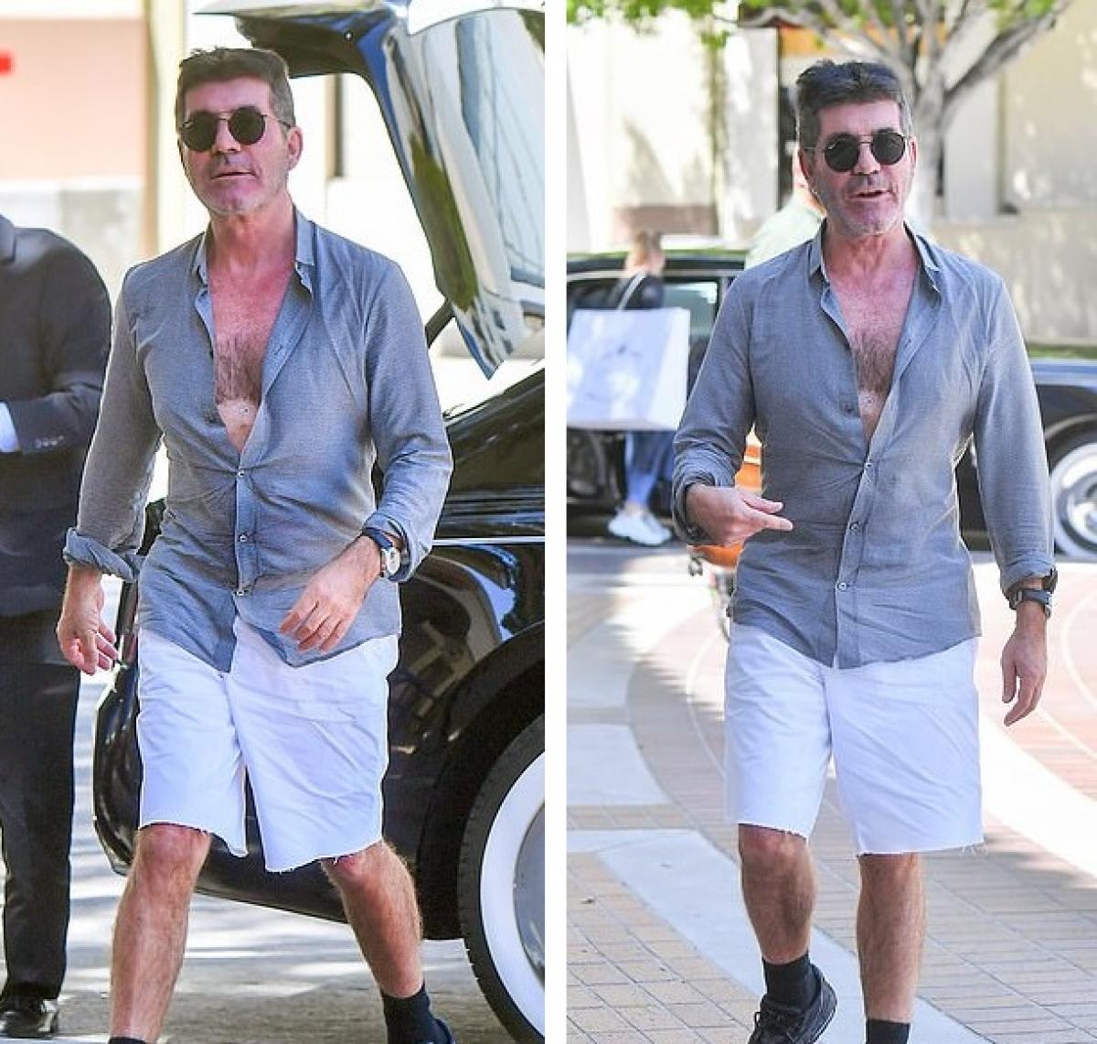 Ở tuổi 61, Simon Cowell vẫn tự tin buông nút áo sơ mi hờ hững ra phố.