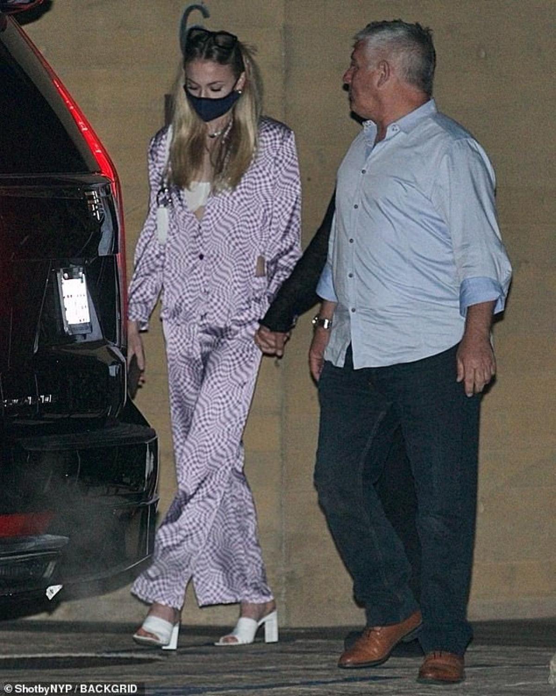 Cô đeo khẩu trang cẩn thận ra phố trong thời điểm dịch bệnh vẫn diễn biến phức tạp.