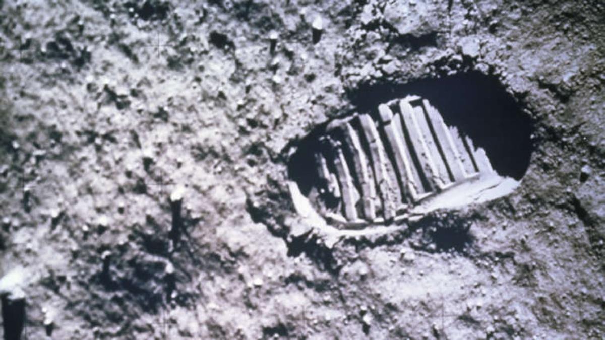 """Phi hành gia người Mỹ Neil Armstrong và Buzz Aldrin trở thành những người đầu tiên đặt chân lên Mặt Trăng ngày 20/7/1969, hoàn thành lời hứa của Tổng thống John Kenedy về việc đưa con người lên Mặt Trăng trước khi thập kỷ này kết thúc. Câu nói của Armstrong khi ông đặt chân lên bề mặt Mặt Trăng """"Đó là một bước chân nhỏ bé của con người nhưng là bước tiến khổng lồ của nhân loại"""" đã trở thành bất tử. Đây là một trong những khoảnh khắc đáng tự hào nhất của nước Mỹ với hàng trăm triệu người trên thế giới chứng kiến. Armstrong và Aldrin đã dành 2 tiếng rưỡi đi bộ trên Mặt Trăng và thu thập các mẫu đá sỏi ở đây."""