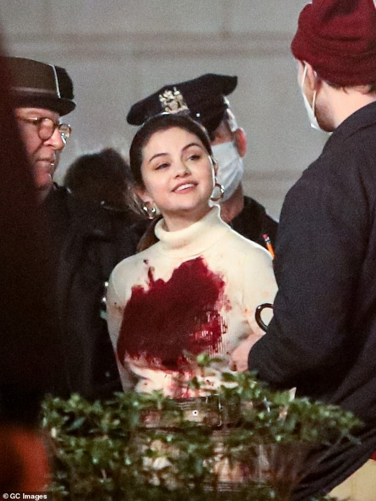Trong phân đoạn này, nhân vật của Selena Gomez bị cảnh sát còng tay và áp giải. Lúc này, cảnh sát đang thực hiện nhiệm vụ vây nghi phạm giết người ở tòa chung cư tại thành phố New York (Mỹ).