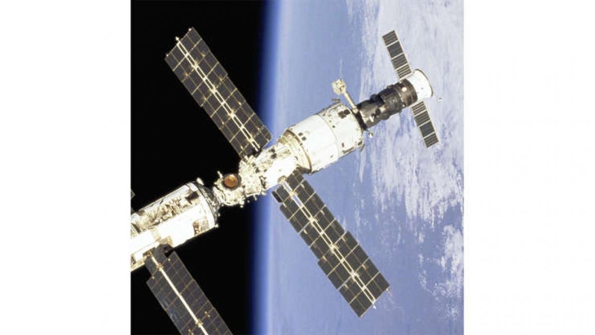 Trạm vũ trụ đầu tiên Salyut 1 được Liên Xô phóng lên ngày 19/4/1971 đã đạt được bước tiến đáng kể về khả năng đưa con người sống và làm việc trong không gian. Salyut đã dành 175 ngày trong không gian trước khi lao xuống Thái Bình Dương. 3 phi hành đoàn Liên Xô trên Salyut 1 đã thiệt mạng trong 23 ngày sau đó trong khi đang quay trở về Trái Đất.