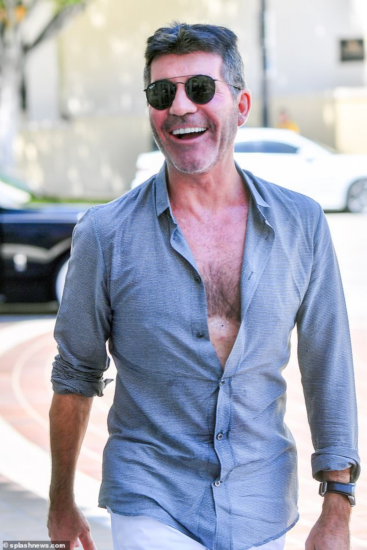 Tuy nhiên, dễ dàng nhận thấy Simon Cowell giảm cân rõ rệt, lấy lại được phong độ hơn so với trước.