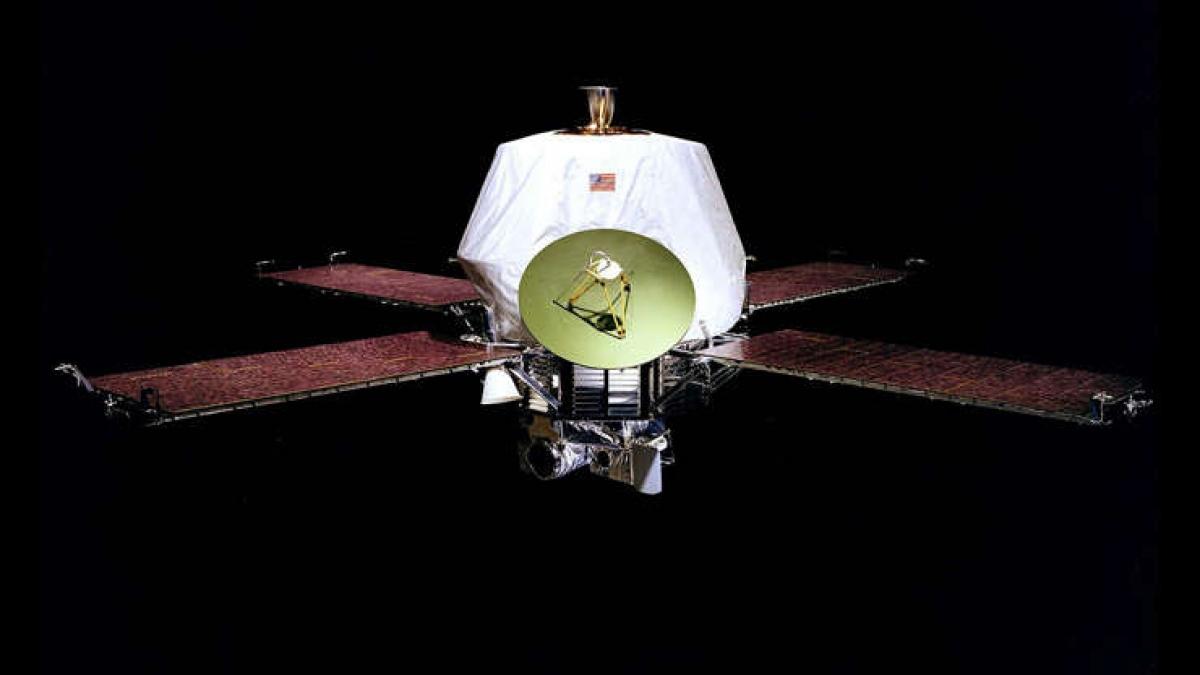 Tàu thăm dò không người lái Mariner 9 của NASA đã trở thành tàu vũ trụ đầu tiên quay quanh một hành tinh khác sau khi phi thuyền này hoàn thành vòng quay quanh sao Hỏa. Những bức ảnh được gửi về từ Mariner 9 cho thấy sao Hỏa có điều kiện địa lý và thời tiết đa dạng, trong đó có những lòng sông cổ xưa, các núi lửa đã tắt, hẻm núi, mây băng và sương mù vào sáng sớm.
